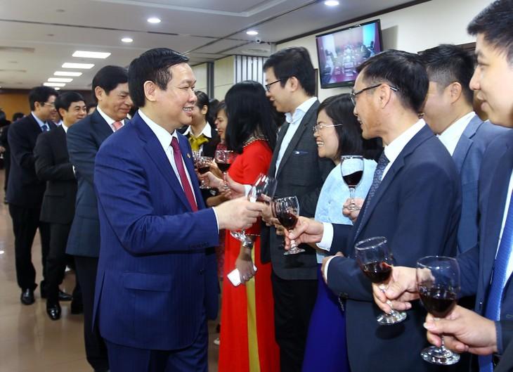 越南政府副总理王庭惠向外贸银行拜年 - ảnh 1