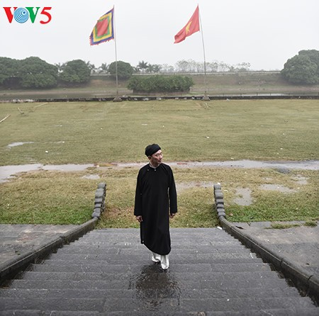 """范生珠大使在春雨中展示""""奥黛""""之美 - ảnh 9"""