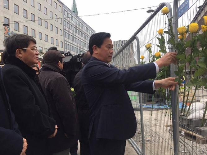 越南国会代表团献花悼念瑞典恐袭案遇难者 - ảnh 1