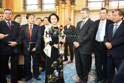 阮氏金银与匈牙利国会主席克韦尔·拉斯洛举行会谈 - ảnh 1