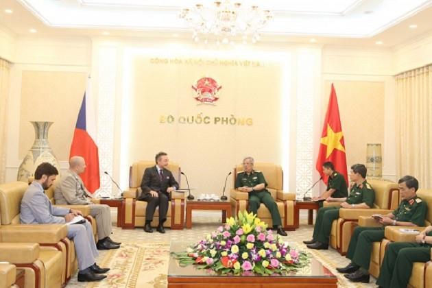 越南国防部副部长阮志咏会见捷克驻越大使格雷普尔 - ảnh 1