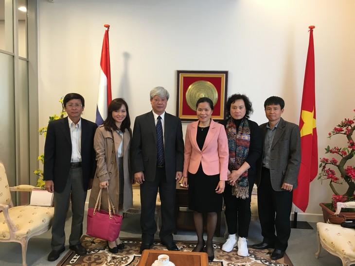 越南驻荷兰大使吴氏和会见越南共产主义杂志代表团 - ảnh 1