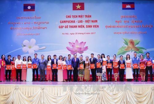 越老柬三国阵线主席会见三国青年大学生 - ảnh 1