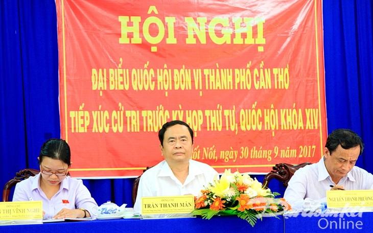 越南祖国阵线中央委员会主席陈清敏视察芹苴市 - ảnh 1