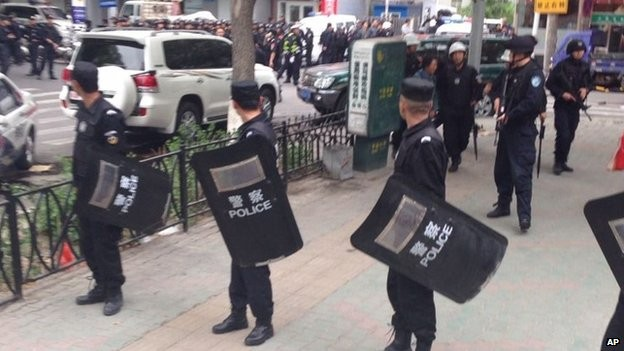 Bomb attacks in China's Xinjiang region cause deaths and injuries  - ảnh 1