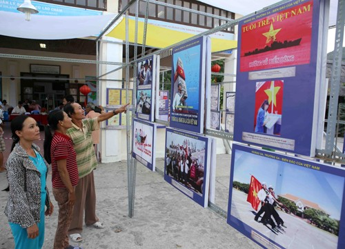 Photo exhibition on Hoang Sa and Truong Sa opens on Cu Lao Cham  - ảnh 1