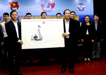 Ho Chi Minh Communist Youth Union receives maps on Hoang Sa and Truong Sa - ảnh 1