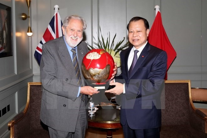 Deputy Prime Minister meets UK trade envoy during Europe visit - ảnh 1