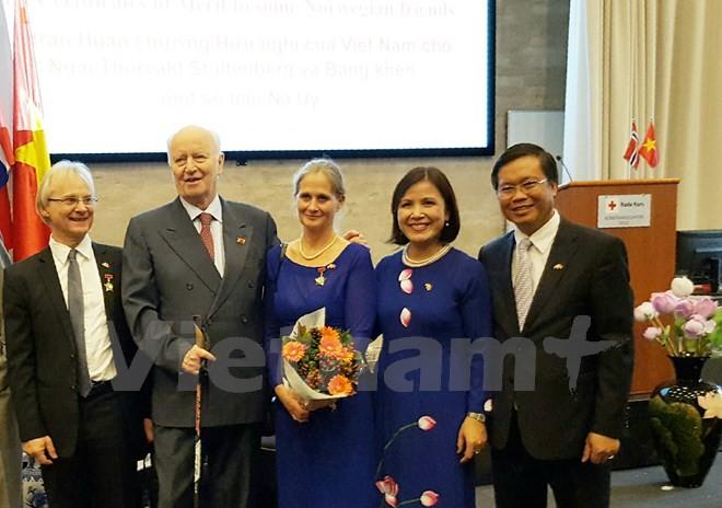 向挪威友好人士授予友谊勋章和奖状 - ảnh 1