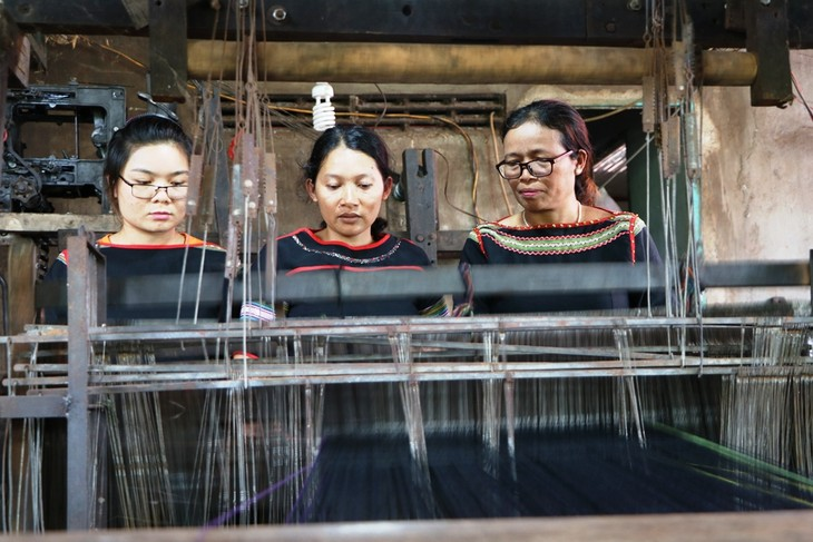 H'Yam Bkrong devoted to preserving the traditional brocade weaving of the Ede people - ảnh 1