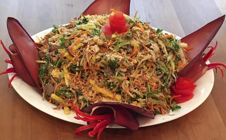 Banana flower salad by Vietnamese Canadian cook Diep To - ảnh 1