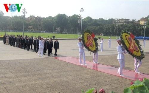 Lãnh đạo Đảng, Nhà nước vào Lăng viếng Chủ tịch Hồ Chí Minh nhân kỷ niệm 125 năm ngày sinh của Người - ảnh 1
