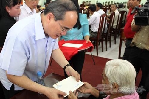 Chủ tịch UBTWMTTQ Việt Nam Nguyễn Thiện Nhân thăm và tặng quà gia đình chính sách tỉnh Trà Vinh - ảnh 1