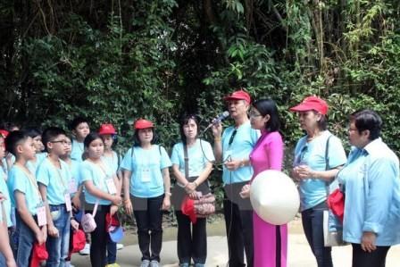 Đoàn giáo viên, học sinh Việt kiều Thái Lan về thăm quê Chủ tịch Hồ Chí Minh  - ảnh 1
