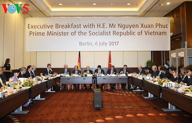 Thủ tướng Nguyễn Xuân Phúc đối thoại với các nhà đầu tư hàng đầu của Đức             - ảnh 1