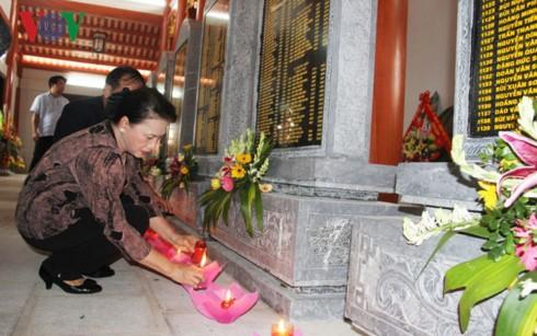 Chủ tịch Quốc hội Nguyễn Thị Kim Ngân thăm, tặng quà gia đình thương binh, liệt sỹ tại Hải Dương - ảnh 2