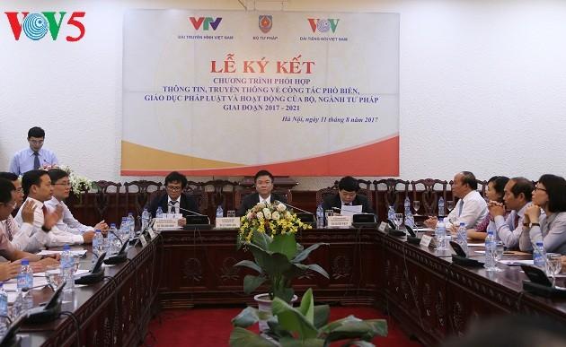 Ký kết chương trình phối hợp giữa Bộ Tư pháp với Đài Tiếng nói Việt Nam và Đài Truyền hình Việt Nam  - ảnh 1