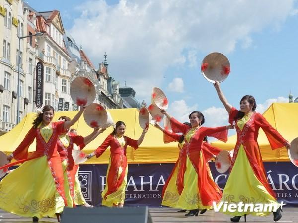 Văn hóa Việt trong những gia đình có hai nền văn hóa - ảnh 1