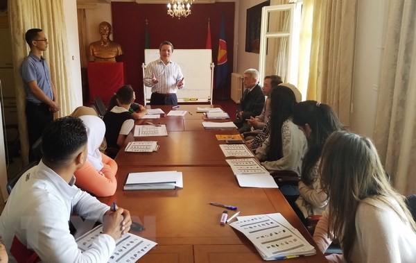 Đại sứ quán Việt Nam ở Algeria mở lớp dạy tiếng Việt  - ảnh 1