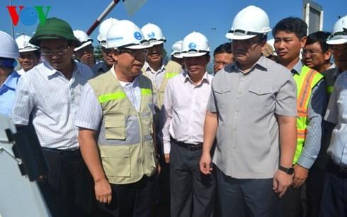 รองนายกรัฐมนตรีหว่างจุงห่ายตรวจสอบการปฏิบัติโครงการก่อสร้างทางไฮเวย์ดานัง – กว๋างหงาย - ảnh 1
