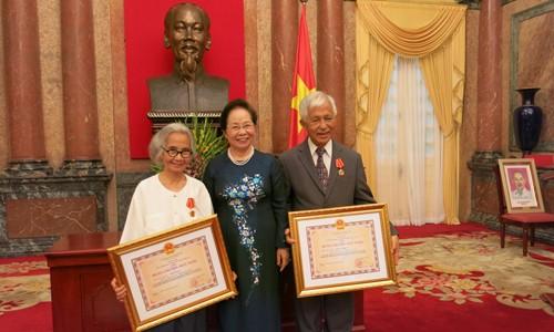 มอบเหรียญอิสริยาภรณ์มิตรภาพให้แก่ศ.ชาวเวียดนามที่อาศัยในต่างประเทศ  - ảnh 1