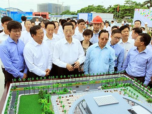 รองนายกรัฐมนตรีจีนเยือนกิจการก่อสร้างหอมิตรภาพเวียดนาม – จีน - ảnh 1