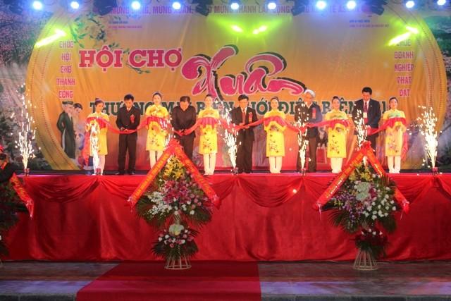สถานประกอบการลาวและไทยเข้าร่วมงานแสดงสินค้าฤดูใบไม้ผลิเขตชายแดนจ.เดียนเบียน - ảnh 1