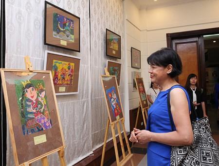 งานนิทรรศการภาพวาดของเด็กเนื่องในโอกาสวันครอบครัว ความรักและความซื่อสัตย์ของสหพันธรัฐรัสเซีย - ảnh 1