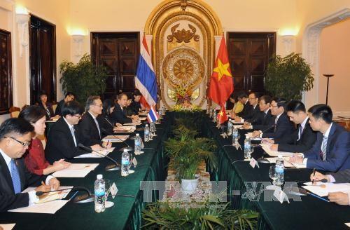 รองนายกรัฐมนตรีและรัฐมนตรีต่างประเทศเวียดนามเจรจากับรัฐมนตรีต่างประเทศไทย - ảnh 1