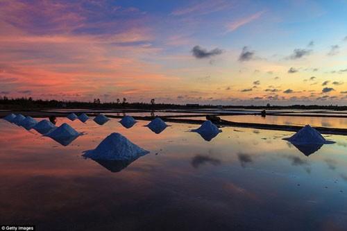 ทุ่งนาเกลือของเวียดนามติดหนึ่งในสถานที่ชมพระอาทิตย์ตกลับฟ้ายามเย็นที่สวยที่สุด - ảnh 1