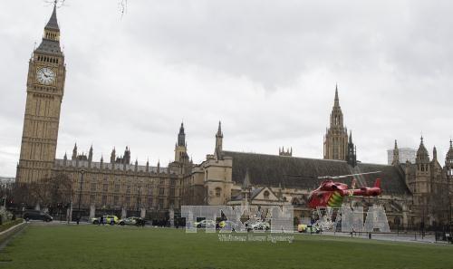 เหตุโจมตีใกล้อาคารรัฐสภาอังกฤษ ทำให้มีผู้เสียชีวิตและได้รับบาดเจ็บจำนวนมาก - ảnh 1