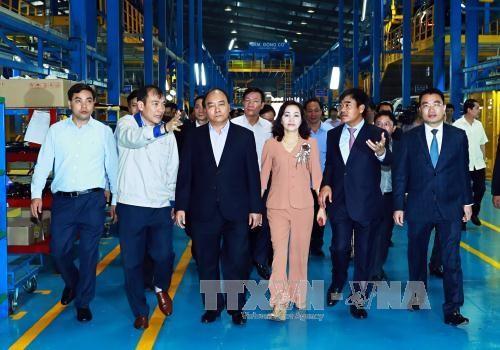 นายกรัฐมนตรีเหงียนซวนฟุ๊กเยี่ยมโรงงานประกอบรถยนต์ในจังหวัดนิงบิ่งห์ - ảnh 1