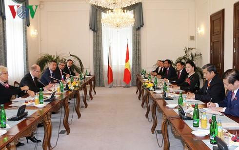 ประธานรัฐสภาเวียดนามเสร็จสิ้นการเยือนสาธารณรัฐเช็กอย่างเป็นทางการ - ảnh 1