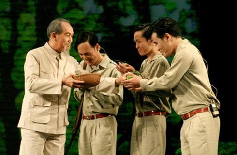 """ภาพลักษ์ที่เป็นกันเองของประธานโฮจิมินห์ในบทละคร """"ร่องรอย"""" - ảnh 1"""