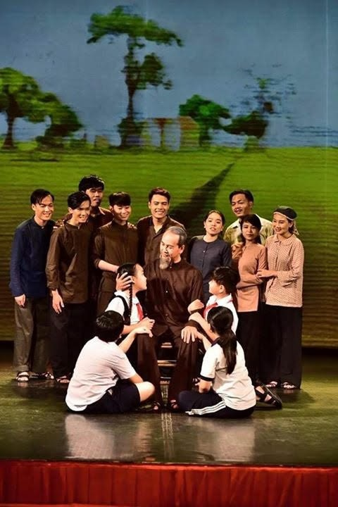 """ภาพลักษ์ที่เป็นกันเองของประธานโฮจิมินห์ในบทละคร """"ร่องรอย"""" - ảnh 2"""