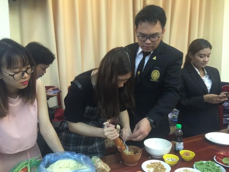 นักศึกษาในหลักสูตรไทยศึกษา มหาวิทยาลัยสังคมศาสตร์และมนุษยศาสตร์ พบปะแลกเปลี่ยนเพื่อการพัฒนา - ảnh 1