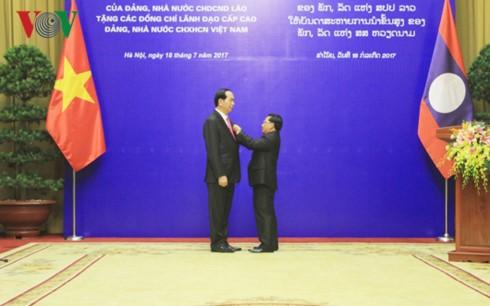 มอบเหรียญอิสริยาภรณ์ของพรรคและรัฐลาวให้แก่ผู้นำเวียดนาม - ảnh 1