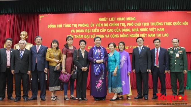 รองประธานรัฐสภาต่องถิฟ้องพบปะกับชมรมชาวเวียดนามที่อาศัยในประเทศลาว - ảnh 1