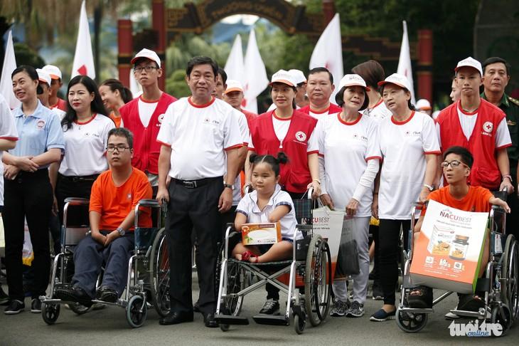 การเดินเท้าเพื่อผู้เคราะห์ร้ายจากสารพิษสีส้มและผู้พิการ - ảnh 1