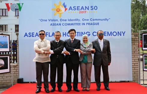 กิจกรรมฉลองครบรอบ 50 การจัดตั้งกลุ่มอาเซียนในประเทศต่างๆ - ảnh 1