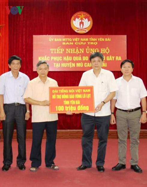 สถานีวิทยุเวียดนามให้การช่วยเหลือผู้ประสบอุทกภัยในเขตตะวันตกเฉียงเหนือ - ảnh 1