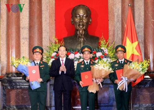 ประธานประเทศเจิ่นด่ายกวางมอบยศพลโทอาวุโสและพลโทให้แก่นายทหารประจำปี 2017 - ảnh 1
