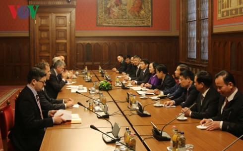 ขยายความร่วมมือการต่างประเทศระดับรัฐสภาและการทูตประชาชนระหว่างเวียดนามกับฮังการี - ảnh 1