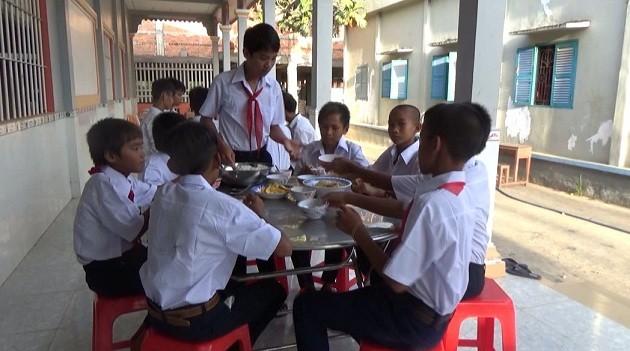 วัดลักขณาวงค์ ซุงทุม สนับสนุนนักเรียนยากจนไปโรงเรียน - ảnh 2