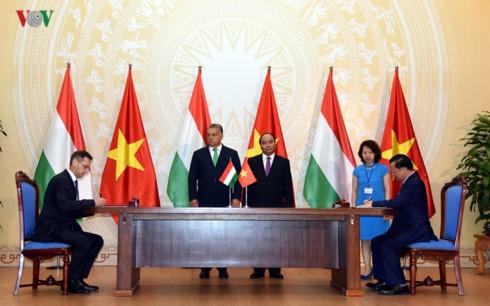 นายกรัฐมนตรีฮังการีเสร็จสิ้นการเยือนเวียดนามอย่างเป็นทางการ - ảnh 1