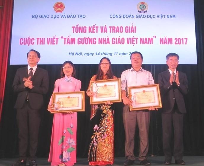 """พิธีมอบรางวัลการประกวดการเขียนเกี่ยวกับ """"ตัวอย่างครูเวียดนาม"""" ปี 2017 - ảnh 1"""