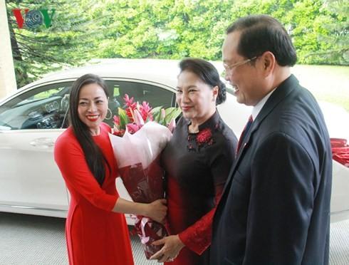 ประธานสภาแห่งชาติเหงียนถิกิมเงินเยือนสถานทูตเวียดนามประจำสิงคโปร์ - ảnh 1