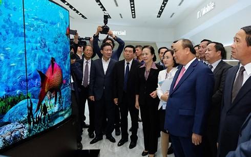 นายกรัฐมนตรีเหงียนซวนฟุ๊กเข้าร่วมพิธีเปิดโรงงาน LG Display ที่นครไฮฟอง - ảnh 1