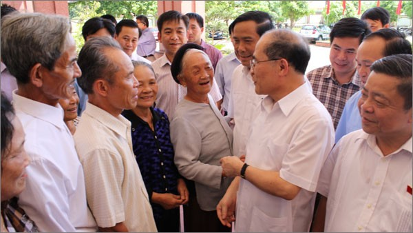 ประธานรัฐสภาเวียดนามเหงวียนซิงหุ่งพบปะกับผู้มีสิทธิ์เลือกตั้งอำเภอแถกห่า - ảnh 1