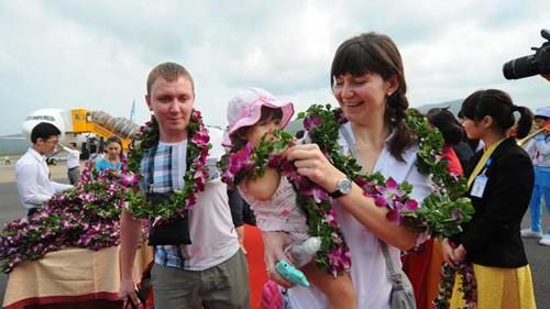 ฟู้ก๊วกต้อนรับนักท่องเที่ยวชาวรัสเซีย๒๙๐คนจากเที่ยวบินนานาชาติเที่ยวแรก - ảnh 1